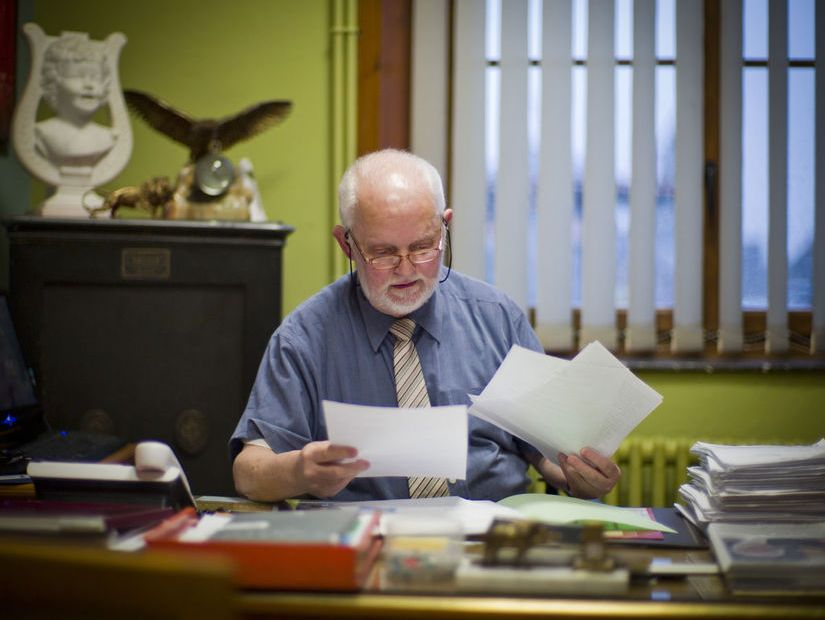 Maurice Boisard maire de Cousolre lisant les lettres de soutien à son action